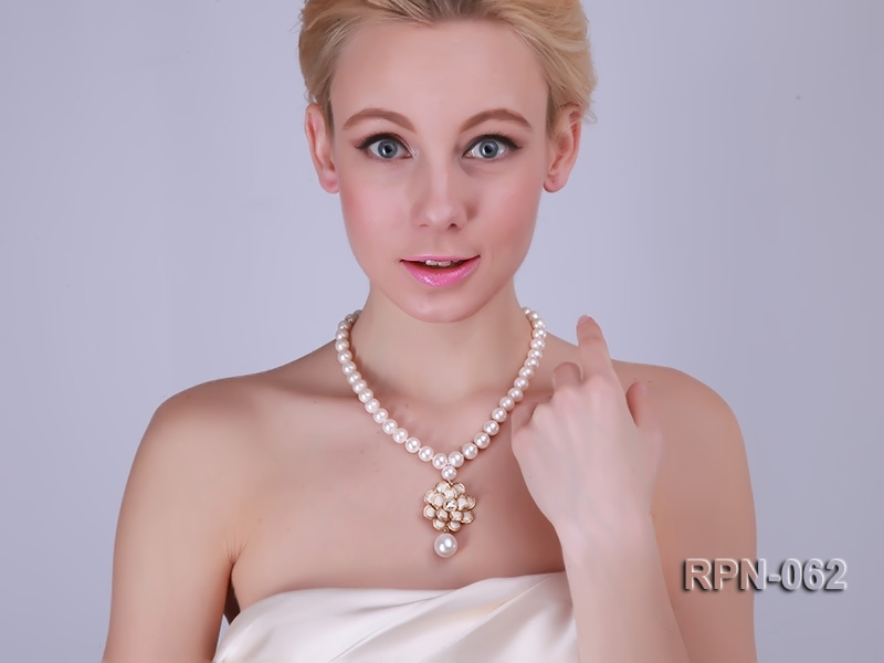 Classic 10mm White Cultured Freshwater Pearl Necklace with a Big-size Pearl Pendant